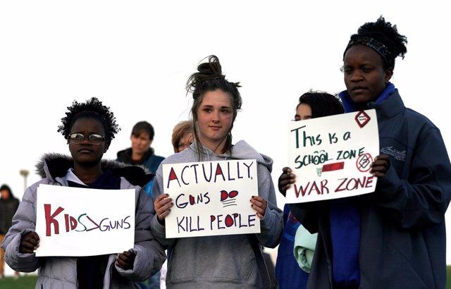 Estudiantes manifestándose a favor del control de armas en Littleton