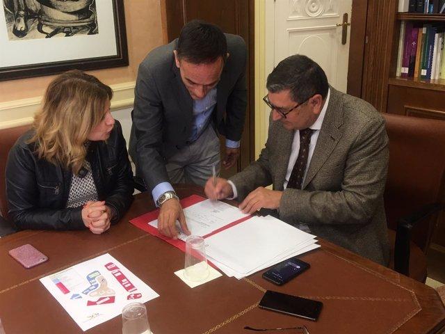 Alcalde de Vélez-Málaga firma venta de parcelas