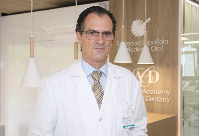 José Cruz Ruiz, Jefe de Odontología en un hospital y presidente de SEOENE