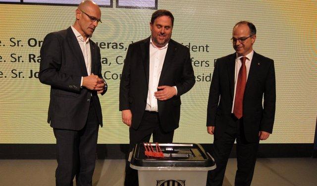 R.Romeva, O.Junqueras y J.Turull muestran una urna del referéndum