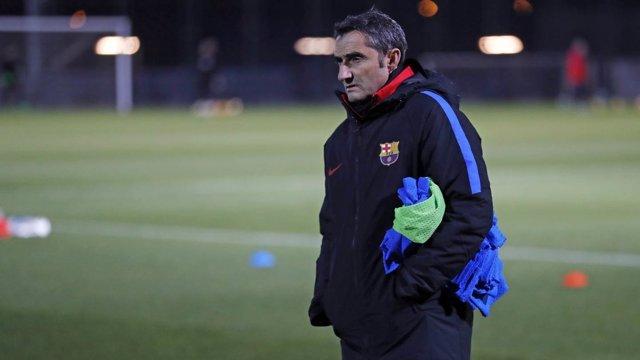 Ernesto Valverde entrenando al Barcelona