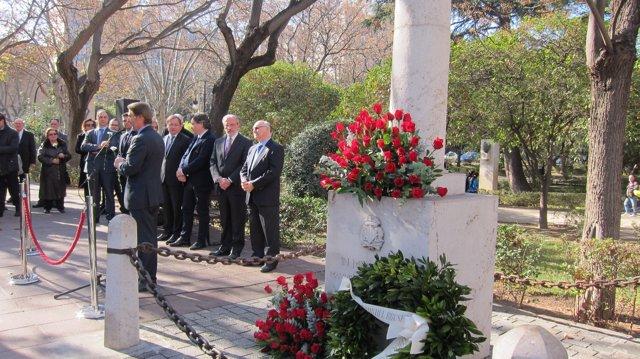 Pablo Broseta en l'homenatge al seu pare, Manuel Broseta, al costat del monòlit