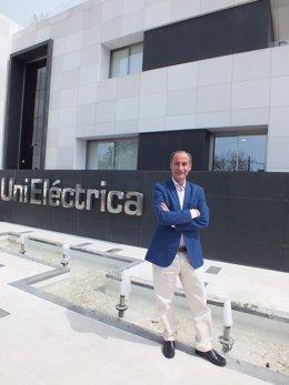 El gerente de Unieléctrica, Diego Montes, ante la sede de la comercializadora