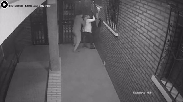 Captura del vídeo de una brutal paliza a una mujer en Algeciras