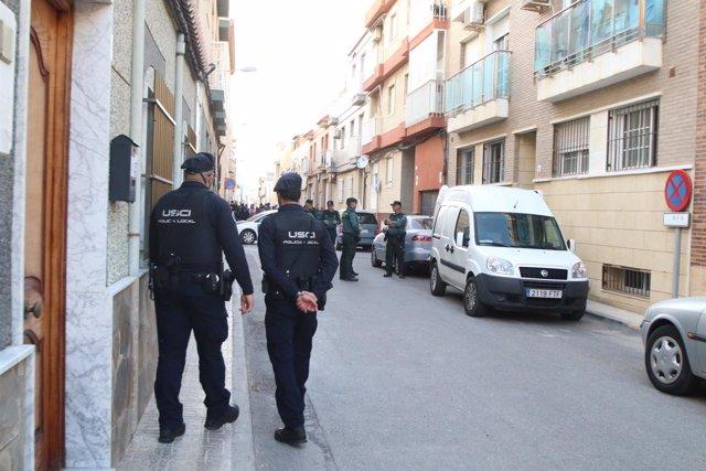 Agentes vigilan la casa de Balerma (Almería) donde un padre ha matado a su hijo