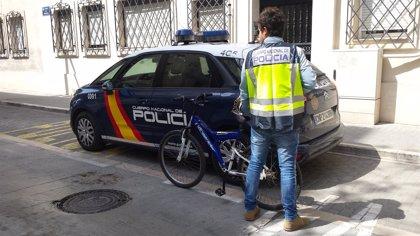 Detenido un hombre por robar a mujeres mayores dándoles tirones desde su bicicleta en el distrito de Marítim de València