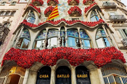 Decoran la fachada de la Casa Batlló con rosas rojas por tercer año consecutivo