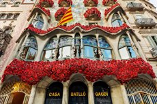 Decoren la façana de la Casa Batlló amb roses vermelles per tercer any consecutiu (CASA BATLLO)