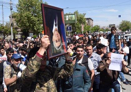 Sarksyan pide diálogo a los manifestantes en el noveno día de protestas para que dimita