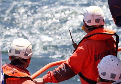 Trasladan a Tarifa a cinco personas rescatadas de una patera en aguas del Estrecho