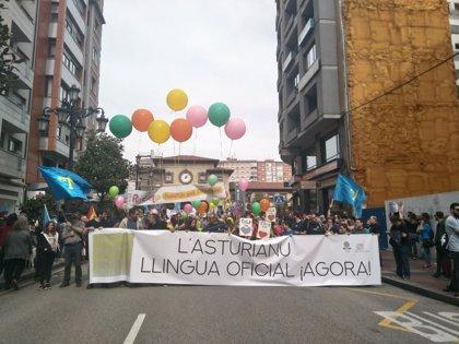 Miles de personas se concentran en Oviedo para reclamar la oficialidad  del asturiano