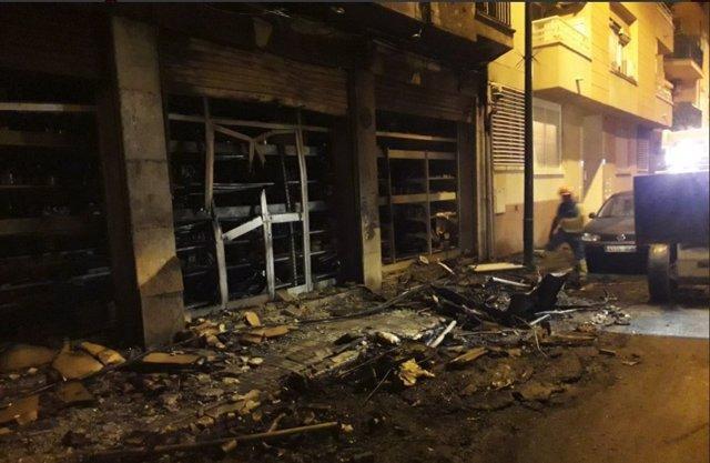 Trasladan a un hombre de 46 años a Son Espases por inhalar humo tras el incendio de un contenedor