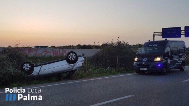 Un conductor da positivo en alcohol tras salirse de la autopista y volcar en el camino de Can Pastilla