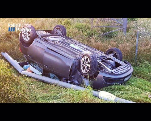 Trasladan a tres personas a Son Espases tras volcar su coche en la carretera de Valldemossa