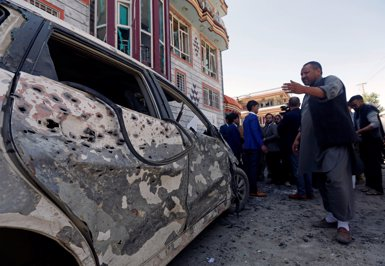 Estat Islàmic reivindica l'atemptat contra el centre electoral de Kabul (REUTERS / OMAR SOBHANI)