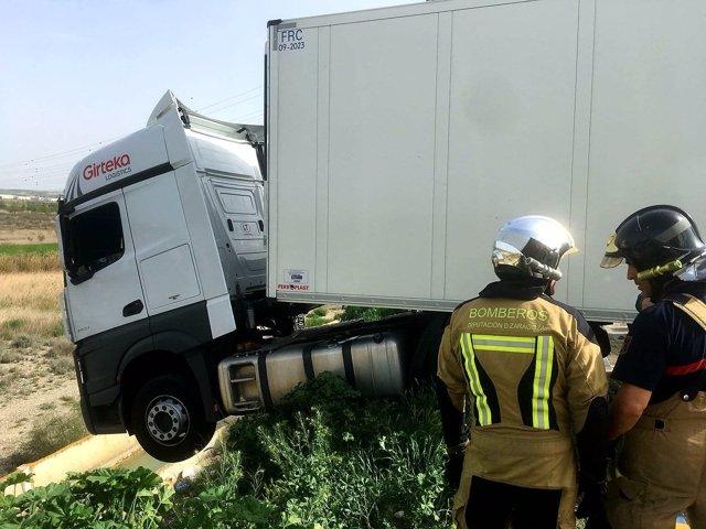 Rescatado un camionero cuando estaba a punto de caer por un talud de cinco metro