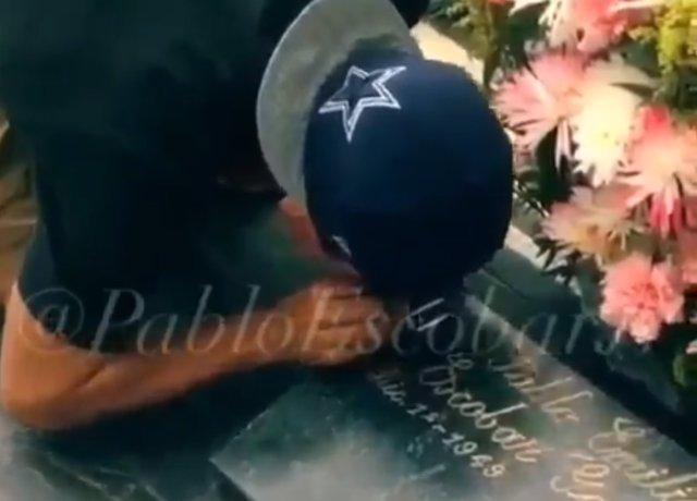Un turista británico esnifando coca en la tumba de Pablo Escobar