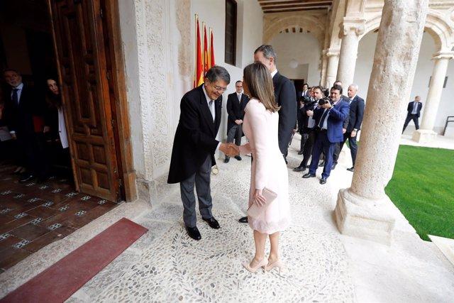 Los Reyes saludan a Sergio Ramírez antes de la entrega del Premio Cervantes