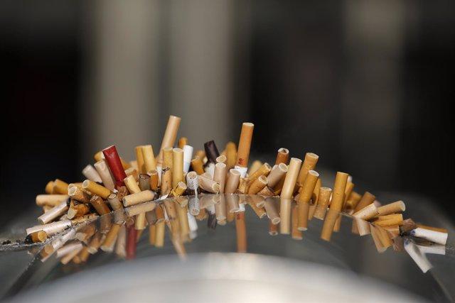 Colillas de cigarros.