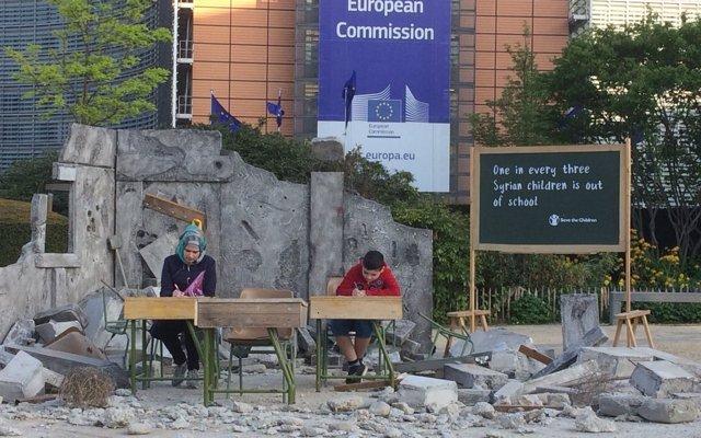 Instalan una escuela siria destruida en el corazón de la Unión Europea