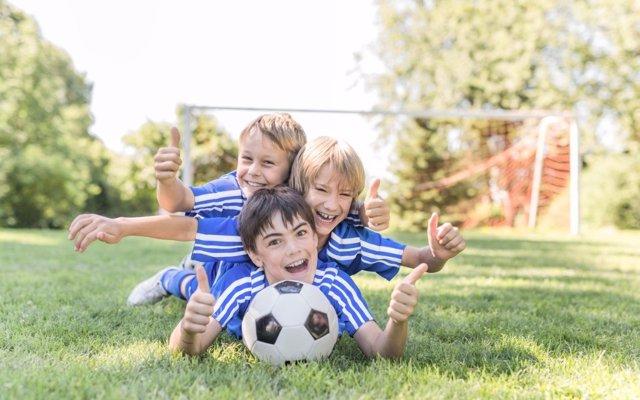 En el fútbol, juego limpio: amistad y compañerismo