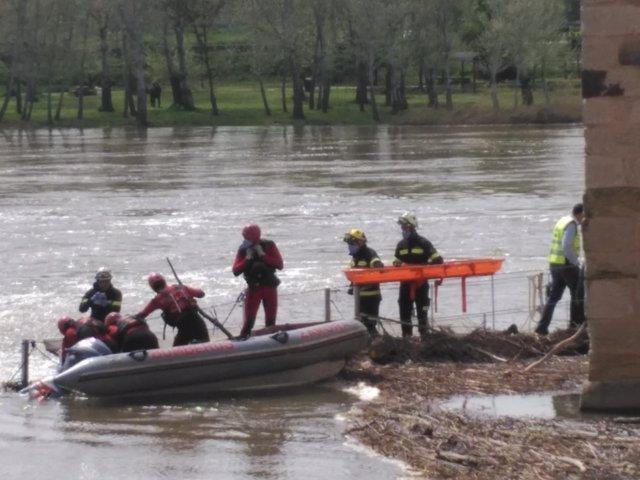 Los bomberos de Zamora rescatan el cadáver.