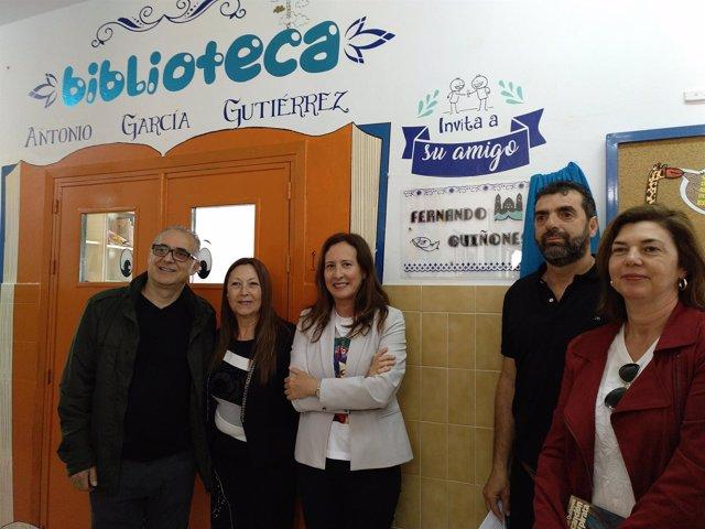 La delegada de Educación, Remedios Palma, visita la biblioteca de un colegio