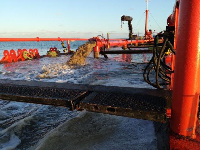 Dragado de arena en el puerto de Conil