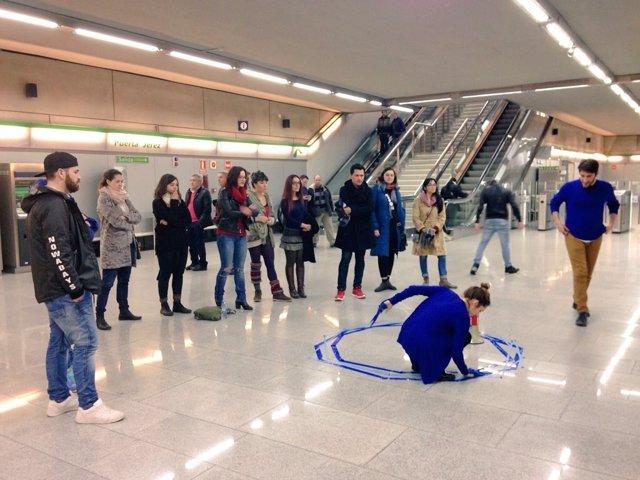 Representación del Festival de Artes Escénicas (FeST) en el metro de Sevilla