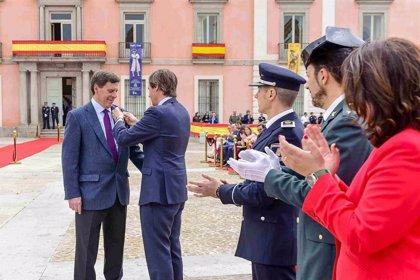 """Juan Carlos Quer recibe la Medalla de la Policía de Boadilla por su """"reconocimiento"""" a las FCS en el caso de su hija"""