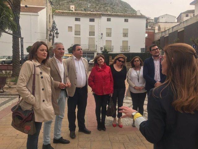 Miguel Ángel Vázquez (2i) visita el conjunto histórico de Martos.