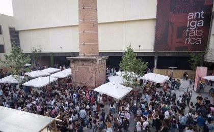 Miles de personas celebran Sant Jordi en la Antiga Fàbrica Estrella Damm