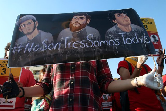 Concentración en protesta por la desaparición de los tres estudiantes en México
