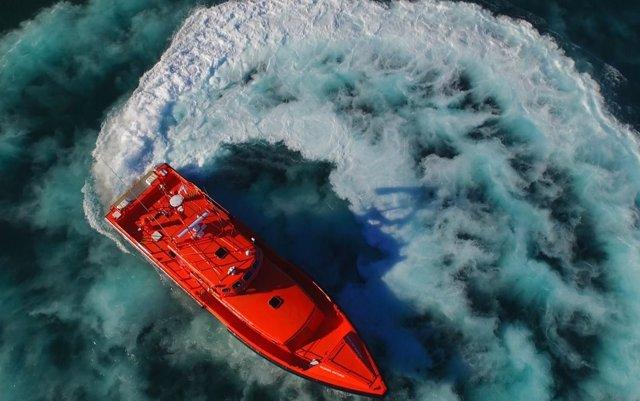 Salvamento rescata a unas 40 personas de una patera a una milla de la costa de Tarifa
