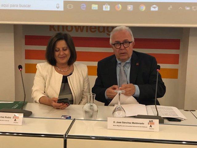 La consejera María José Sánchez Rubio junto al rector de la UNIA