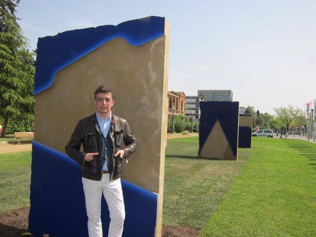 El artista Lluís Lleó con parte de su obra