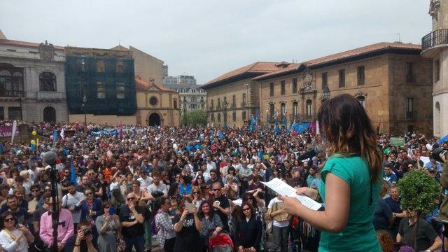 La actriz Maria Cotiello lee el manifiesto de la Xunta Pola defensa del asturian