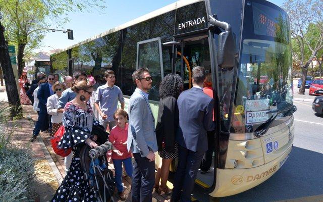 El autobús de Tomares a la Feria de Abril incrementa en más de un 30% los viajeros, alcanzando 20.000 usuarios