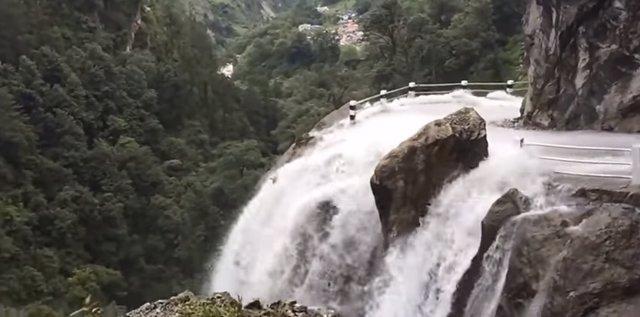 Carretera de Nepal inundada