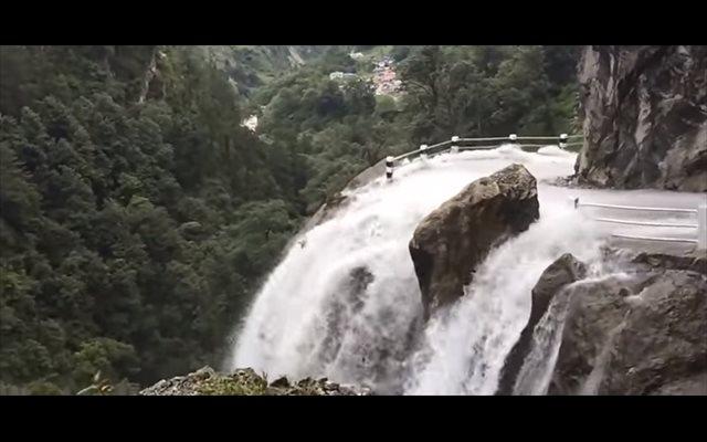 Estas son las impactantes imágenes de una carretera de montaña de Nepal inundada por varias cataratas