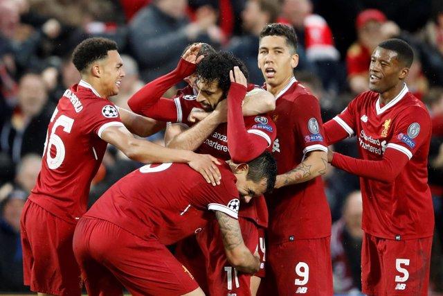 Salah es felicitado por sus compañeros tras un gol en el Liverpool-Roma