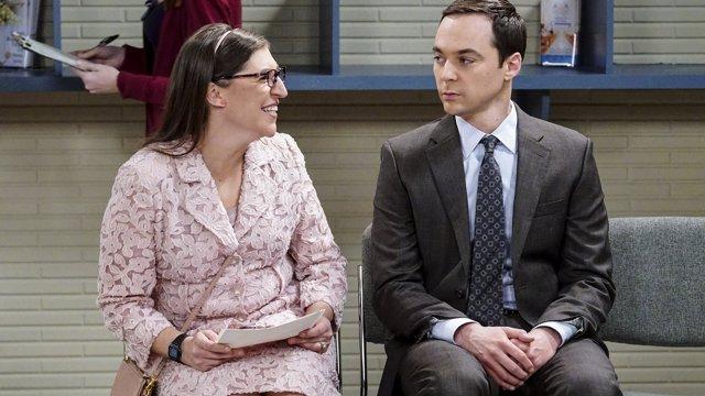 Mayim Bialik y Jim Parsons en The Big Bang Theory