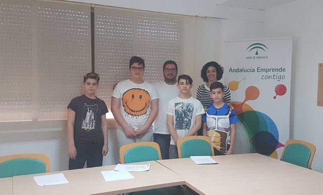 Jóvenes creadores del juego de mesa junto a técnicos de la Junta