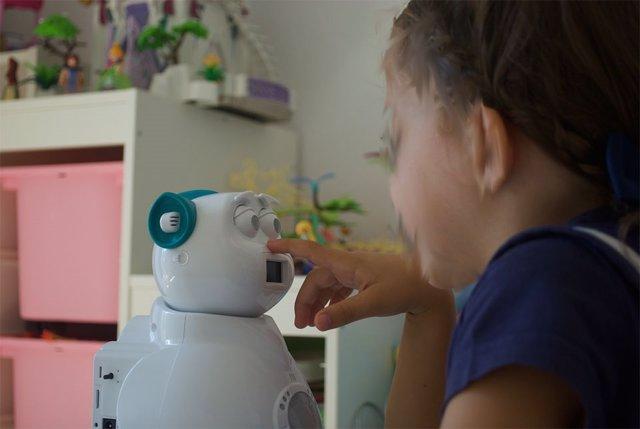 Una niña juega con el Aisoy1 Kik