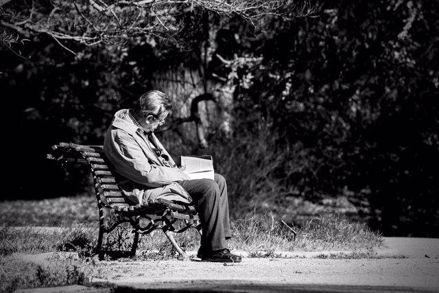 Hombre viudo. Hombre mayor leyendo