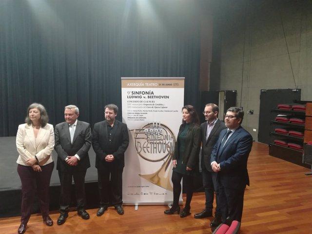 Autoridades en la presentación del concierto
