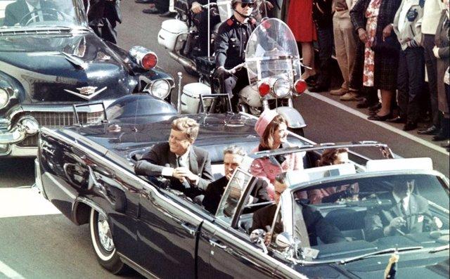 JFK en una de las úiltima imágenes antes de ser asesinado
