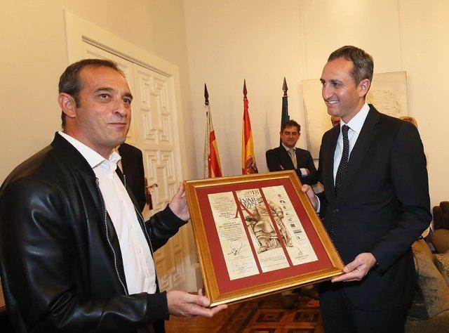 Sánchez entrega el premio a un representante vecinal