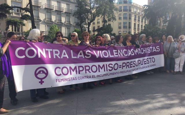 Decenas de mujeres piden a Montserrat que dimita y reclaman los 200 millones pactados contra la violencia machista