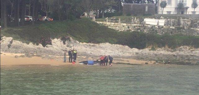 Efectivos de emergencias junto a la ballena varada en la playa de Bikinis